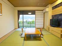*【和室一例】和室は最上階5階に位置し、鴨川側に面したお部屋からは比叡山などを臨むことができます。
