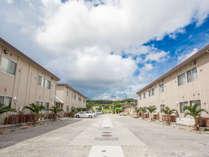 ホテルサザンヴィレッジ沖縄外観(中央は無料駐車場で40台分あり)