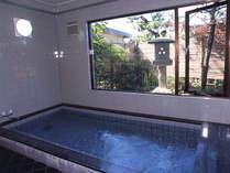 大浴場/広めの湯船で、足を延ばしてゆっくり疲れを癒せます。