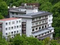 大川渓谷のほとりに佇む当館。美しい自然と温泉をお楽しみ下さいませ。