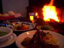 暖炉を見ながら夕食 秋から春まで毎晩火が入ります