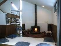 吹き抜けの居間には大きな暖炉 秋から春まで火が入ります