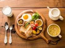 朝食:1階カフェレストランにて、北海道産野菜、パニーニなどの洋食プレート(一例)