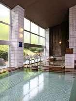 宿自慢の天然温泉 天井高さ約6mの大浴場。