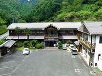 元木造校舎の雰囲気を残したノスタルジックな宿【ドローンで空撮】