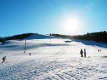 *<となみ夢の平スキー場>粉雪が舞う白銀のゲレンデでスキーを満喫できます。