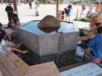 鬼怒川温泉駅にある足湯。かなりにぎわっています!
