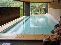 【大浴場露天風呂】広々とした釈迦の湯露天風呂です。鬼怒川の眺望をお楽しみ下さい。