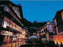 まるで絵の中に紛れ込んだようなロマンチックな銀山温泉の街並み。その真中に立つ「古勢起屋別館」