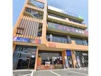 本塩釜駅に近く、郵便局が併設された当館外観