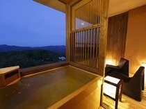 【お部屋】客室露天風呂「上層階からの眺め」イメージ(イメージ)※夢想窓の設置あり。