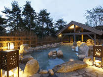 【季の湯】「葉隠れの湯」露天風呂 時の流れとともに表情を変える景色に身を委ねて