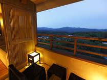 【お部屋】客室露天風呂「最上階からの眺め」雄大な景色を一望(イメージ)※夢想窓の設置あり。