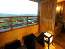 客室露天風呂「最上階からの眺め」秋(イメージ)※夢想窓の設置あり。