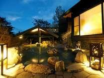 【季の湯】「葉隠れの湯」露天風呂 幻想的な夕暮れ時