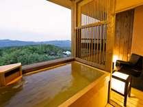 【客室】露天風呂から景色の望みながら、温泉をお愉しみ頂けます。