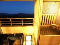 【お部屋】客室露天風呂例(イメージ)※夢想窓の設置あり。