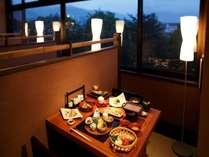 【お食事】食事処遊山では眺望を楽しめる席も