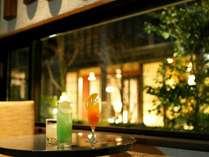 【蔵】お酒と中庭と特別な夜の演出。ご夕食後もお酒をお愉しみ下さい。