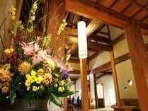 【ロビー】週替わりの大きな生花で皆様をお出迎え致します。