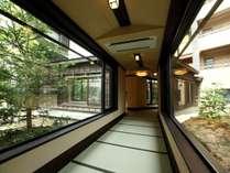 【回廊】回廊を通り客室へ