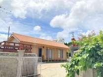 木造赤瓦の伝統的な建物
