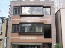 【外観】全13室のビジネス観光旅館。金沢駅徒歩5分、市内の主要観光地等へのアクセスに便利な立地です。