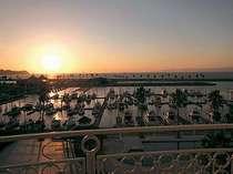 【バルコニーからの景色】バルコニーツインルームから望む和歌浦湾の夕景。