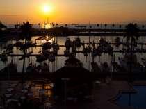 【バルコニーからの景色】客室から見える夕景。和歌浦湾に沈む夕日は絶景!!