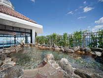 隣接する【紀州黒潮温泉】雄大な和歌浦を臨む露天風呂。潮風が心地良さを運びます。