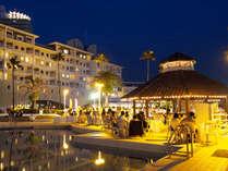 プールサイドで夕陽を眺めながら美味しい料理とワインの数々を愉しめる!