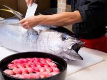 朝食会場では生マグロ解体ショーを毎朝開催!マグロはお寿司でご提供しています