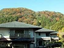 11月初旬の遊仙観玄関前。山々が秋色に染まりはじめました。