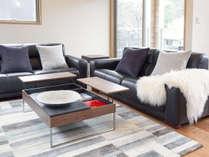 大型本革ソファのあるリビングルーム