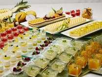 土・日・祝日限定のディナーブッフェに、トロピカルフルーツを使用したゼリーやケーキをご用意♪