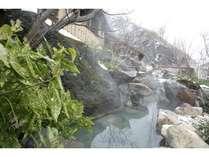 混浴露天風呂は野趣あふれる岩で囲まれております。