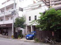 通りの向かい側のコインパーキングからの外観。右は「カヨカリ」、左は「麻の葉」。