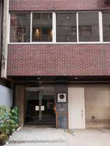 外観 1964年築のオフィスビルを建築デザイン会社がリノベーションし自ら運営しています