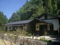 熊野の森に抱かれ 小川のほとりに建つ民宿です。