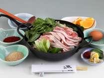 旬の島根県産野菜と豚肉、鶏肉が入った当館自慢のお鍋。鶏ガラで丁寧にとった出汁にリピーター続出です!