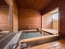 【スーペリアツインBの客室温泉】滞在中は好きな時に好きなだけご入浴できます。タオルも多めにご用意。