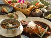 ご夕食は温かいものは温かく。冷たいものは冷たくご提供。※料理内容は季節によって変わります。