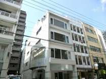 広島市中心部に位置するホステル。お洒落な外観。