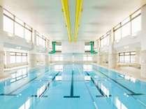 【室内温水プール】25m×5レーンの本格プール。ジャグジーやお子様が遊べる浅瀬もあります