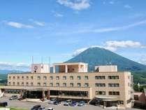 ホテルニセコアルペンはニセコ連峰を望む大自然に囲まれた絶好のロケーション