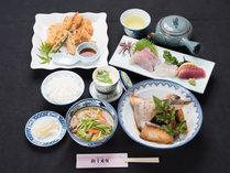 *【夕食(全体)1】ご夕食一例/地元で獲れた旬のお魚を中心に、新鮮なものをご用意しています。
