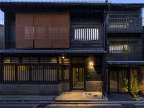 伝統的な「町家棟」と現代的な「庭園棟」から構成される和とモダンな要素が共存した空間。