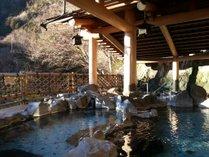 山並みを望み、せせらぎの瀬音をききながら湯を満喫する野手豊かな露天風呂