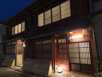 外観(夜景)- 弁柄と言われる朱色の塗装が施された町家
