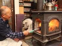 初夏でも、朝晩の肌寒さを感じる奈川では、薪ストーブが大活躍しています。
